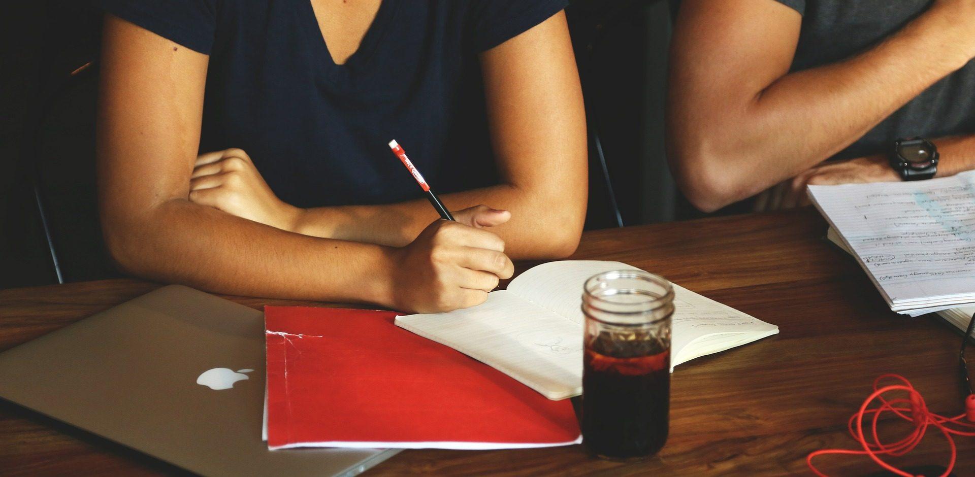 Teilnehmer eines Kurses in Einfacher Sprache lernen, wie verständliche Kommunikation geht. Foto: Pixabay