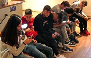 Jugendliche im Museum sind mit ihrem Smartphone beschäftigt. Foto: Uwe Roth