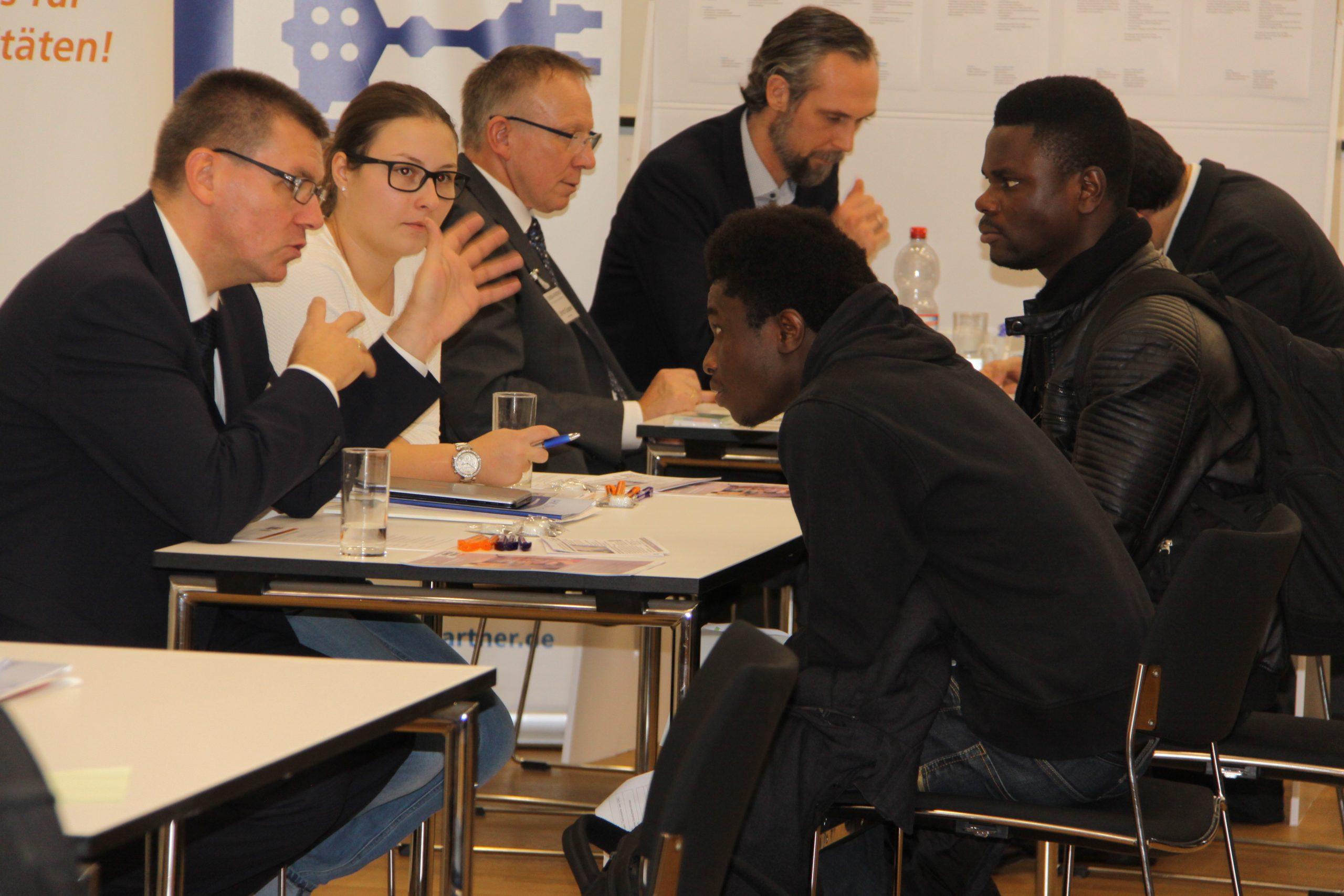 Flüchtlinge im Beratungsgespräch auf Job-Suche
